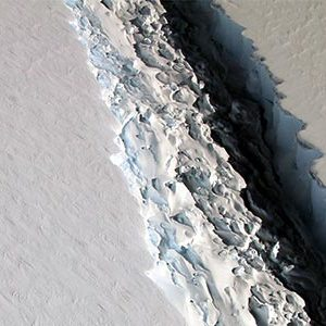 Massive crack in Larsen C ice shelf, Antarctica
