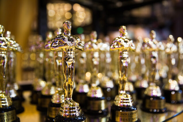 A photo of Oscar statues.