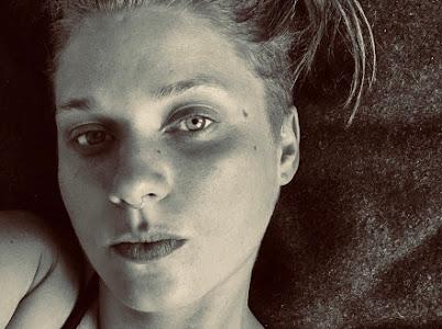 Photo en noir et blanc de Diana Walsh, fixant.